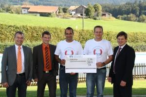 Spendenübergabe durch die Vertreter der Raiffeisenbank Rupertiwinkel an die Vorstandschaft der Schwimmbadfreunde